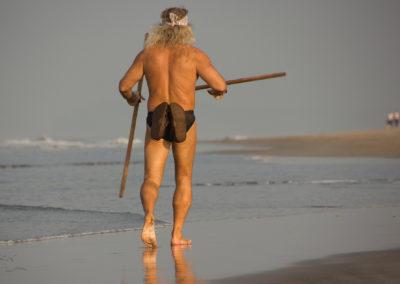 På stranden i Mandrem Beach i Indien mødte jeg hver morgen kl. 6 denne energiske mand. Stavene svingede han i et systematisk mønster, imens han i noget, der lignede kapgang, bevægede sig determineret frem i vandkanten.