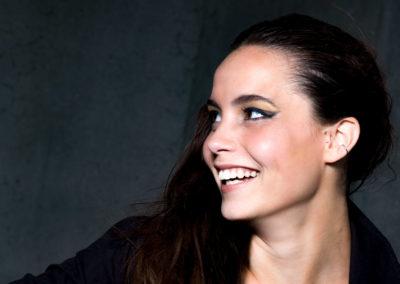 Cecilie Hvidbak Østergaard er professionel model. Jeg kender ikke Cecilie personligt, men har taget portrættet med, fordi jeg synes, det går lidt bagom modeludtrykket. Vi får en lille snas af personen Cecilie til fordel for modellen Cecilie.
