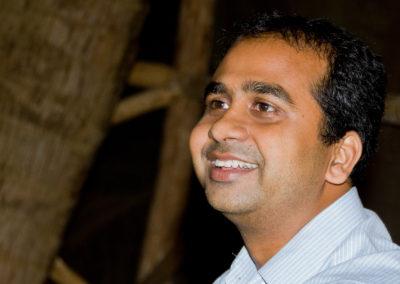 Dr. Rohit er dygtig og empatisk ayurvedisk læge. Han bor og praktiserer i Indien. Hvert år rejser mennesker fra hele verden til hans klinik i Mandrem Beach for at få bedre balance i krop, sind og sjæl.