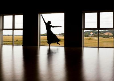 Cæcilie Demandt Winther er danser. Med sine bevægelser fortæller hun historier og fanger følelser. Jeg kender ikke Cæcilie. Men jeg har set hende danse, så jeg oplever, at jeg kender hende en lille smule.