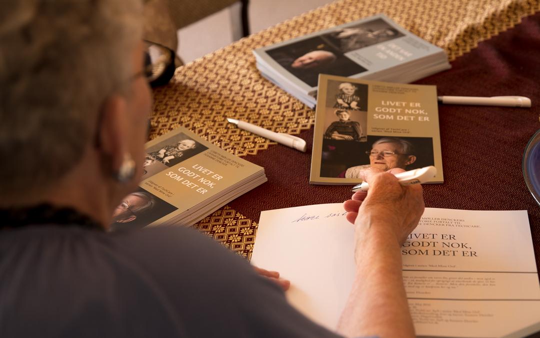 Lisbeth Møller Dencker signerer sin livshistorie udgivet af LIVSSPOR.