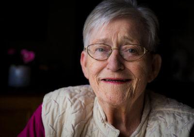 Lisbeth er 76 år gammel og min mor. I sommeren 2016 skrev jeg min mors livshistorie. Min mor er som sin far historiefortæller af Guds nåde. Alligevel blev hun en kende overvældet, da det var hendes egen historie, vi satte stævne.