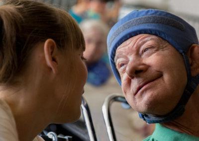 En af Sølund Musik-Festivals kernepublikum og hans kærlige og kompetente pædagog.  Denne mands blik er mere politisk overbevisende end ord.