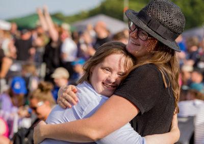 Tryghed, musik og fællesskab - sådan er Sølund Musik-Festival. Et menneske med udviklingshæmning har lidt mere brug for hjælp fra et kendt menneske, for at kunne folde festivalgenet ud for alvor. Ingen tvivl om at det sker på billedet her.