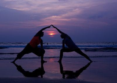 Yoga på stranden ved Mandrem Beach i Goa/Indien. Oplevelsen af at bevæge sig roligt og disciplineret med havets rullen som puls er livgivende.