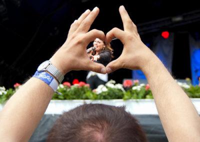 Hjertefestival - det er et godt ord for Sølund Musik-Festival. Publikum har en fest. Og det er tydeligt, at det har alle de store, danske popstjerner, der hvert år løfter festivalen op under stjernerne, også.